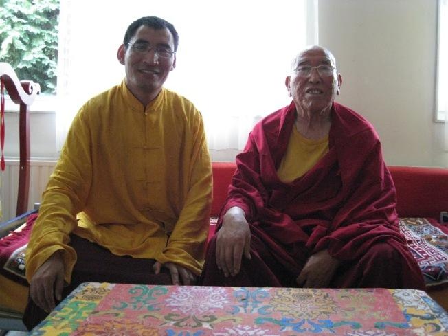 Geshe la ontvangt Lama Amnyi Trulchung Rinpoche