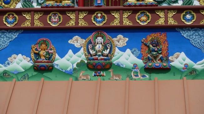 Manjushri : wijsheid  Avalokiteshvara : mededogen  Vajrapani : kracht  Details van de grote Lotus Stupa in Lumbini Nepal.  Foto : Jampa 2011